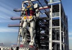 Gundam adesso si muove: il primo passo del robot gigante nel porto di Yokohama Il robot gigante è alto 18 metri e pesa 25 tonnellate  - Corriere Tv