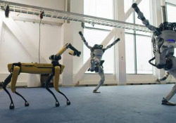 I robot di Boston Dynamics ballano sulle note di «Do You Love me»: l'agilità è impressionante Il video di auguri per il 2021 dell'azienda di robotica - Corriere Tv
