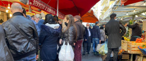 Gente in fila al mercato di Ballarò il 24 dicembre