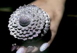 Nuovo record: ecco l'anello con 12.638 diamanti Una meraviglia entrata nel Guinness dei Primati per il maggior numero di pietre incastonate in un incredibile anello - CorriereTV