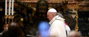 """La messa di Natale del Papa: """"Non perdiamoci d'animo, si può uscire da tunnel"""""""