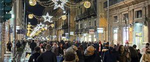 Folla ieri pomeriggio in via Ruggero Settimo a Palermo