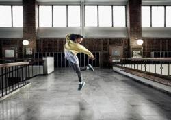 10.000 passi in tre minuti: il ballo della bimba  per sensibilizzare i giovani a muoversi La campagna di un'organizzazione svedese contro l'obesità tra bambini e adolescenti - CorriereTV