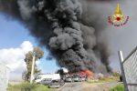 Vasto incendio a Mineo, in fiamme un deposito di autodemolizioni