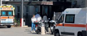 Ambulanze in attesa a Villa Sofia a Palermo