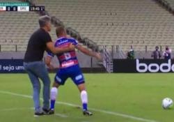 Brasile, l'allenatore trattiene per la maglia il giocatore avversario Renato Portaluppi è stato protagonista di un episodio singolare - Dalla Rete