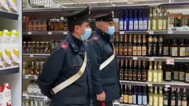 Melilli, ruba 7 bottiglie di alcolici e le nasconde nel giubbotto: arrestato 25enne messinese