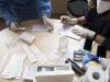 Operatori sanitari che preparano dei tamponi