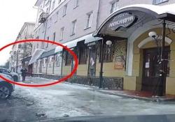 Enorme lastra di ghiaccio si stacca dal tetto e sfiora una donna che camminava in strada Dopo la tragedia scampata, la donna continua a camminare come se nulla fosse - CorriereTV