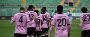 """Palermo-Virtus Francavilla, i giocatori rosanero con la maglia di """"Peter Pan"""" per l'asilo incendiato al Cep"""