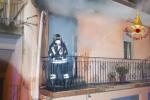 Incendio in una casa a Ragusa, salvata un'anziana: il video dei soccorsi