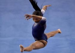 La ginnasta Nia Dennis celebra la cultura nera: la sua esibizione è virale La performance dedicata alla «black excellence» della ventunenne statunitense - CorriereTV