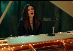 Laura Pausini e la performance agli International Peace Honors  La cantante si è esibita in «Io Sì/ Seen», il brano del film di Netflix con Sophia Loren  - Corriere Tv