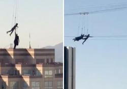 Matrix 4, a San Francisco le riprese acrobatiche: sospesi nel vuoto tra i grattacieli, appesi ad una cima Le riprese del film erano state sospese per Covid: la pellicola uscirà ad aprile 2022 - Corriere Tv