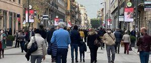 Scuole chiuse, negozi aperti, strade affollate e contagi in crescita: in Sicilia zona rossa più vicina