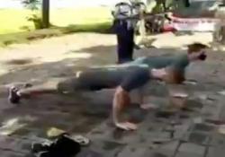 Niente mascherina? A Bali i turisti costretti a fare le flessioni Senza mascherina in pubblico sono 50 flessioni; se la mascherina non copre il naso, sono 15 - CorriereTV