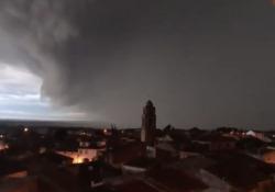 Spagna, l'impressionante tempesta che avanza: il cielo si oscura in pochi istanti Le immagini riprese ad Algerri, in Catalogna - Dalla Rete