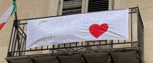 Lo striscione per Antonella appeso a un balcone della scuola Perez