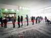 Persone in fila alla Mostra dOltremare di Napoli per ricevere il vaccino Covid