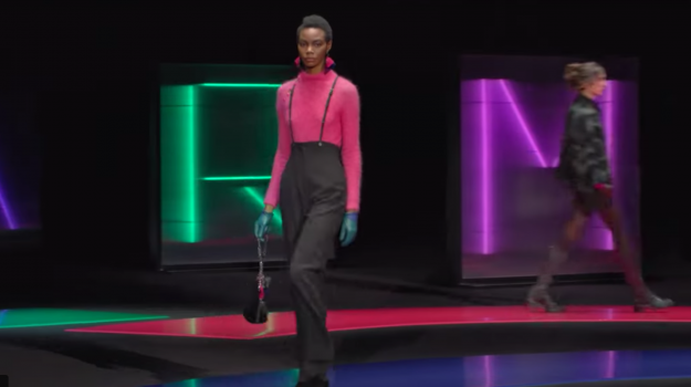 Milano, per Emporio Armani flash di colore pop