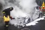 Paura sull'autostrada A18, auto in fiamme tra gli svincoli di San Filippo e Gazzi