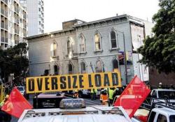 C'è da spostare una casa (intera): a San Francisco traslocata la palazzina di 139 anni Nel centro di San Francisco, Usa, una casa vittoriana dell'Ottocento è stata spostata per un tragitto totale di circa 800 metri - CorriereTV
