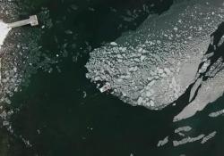 Con la barca a remi sposta un grosso blocco di ghiaccio lontano dal molo Succede in Finlandia: il  video, registrato dalla moglie, è stato trasmesso dai media nazionali ed è diventato rapidamente virale - CorriereTV