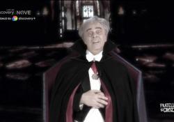 Crozza diventa Crisanti-Dracula: «Perché non abbiamo ibernato i bambini dato che trasmettono la variante?» Il comico nei panni del virologo a «Fratelli di Crozza» - Corriere Tv