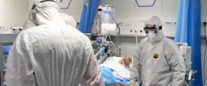 Medici ed infermieri al lavoro nei reparti di terapia intensiva