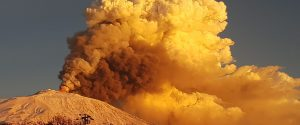 Etna in eruzione e Catania coperta di cenere, ordinanza di Pogliese: stop a bici e moto