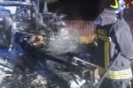 Incendio e boato per l'esplosione di una bombola, panico a Caltanissetta: in fiamme 4 auto