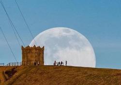 Le immagini della splendida «Snow Moon», la Luna di neve del 2021 Il plenilunio di febbraio è conosciuto anche come «Snow Moon» (luna della neve), per via delle abbondanti nevicate di questo periodo - CorriereTV