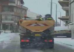 Macedonia: l'operaio sparge il sale senza stress Questo operaio macedone non sembra essere preoccupato dalla mancanza di «efficienza» - CorriereTV