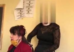 Sindaca insegnante si fa fare la piastra in classe dall'alunna  - Corriere Tv