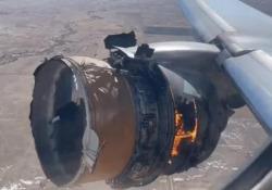 Usa: il motore del Boeing 777 esplode in volo e i pezzi cadono al suolo Sui social le immagini del motore in fiamme su un volo United Airlines partito da Denver e diretto alle Hawaii - CorriereTV