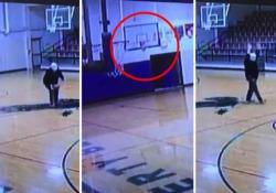 Usa, l'incredibile canestro del bidello: la prodezza ripresa dalla telecamera di sicurezza È successo in Ohio nella Liberty-Benton Middle School di Findlay - Ansa