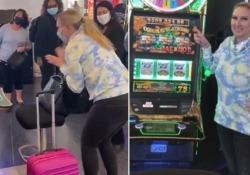 8 secondi di pura gioia: vince 300.000 dollari alla slot mentre aspetta l'aereo La donna  si trovava all'aeroporto di Las Vegas - CorriereTV