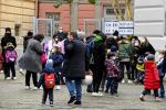 Genitori con i figli a scuola