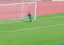 Algeria, il raccattapalle entra in campo e impedisce il gol Durante la partita tra Chelgoum e Batna, seconda divisione algerina, un raccattapalle ha impedito un gol fatto degli ospiti - Dalla Rete