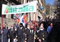 Alitalia, centinaia di lavoratori protestano al Mise per il nuovo piano aziendale I manifestanti: