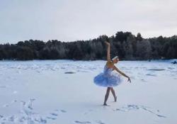 Ballerina si esibisce con  «Il lago dei cigni» sul ghiaccio (a meno 15 gradi) Ilmira Bagrautinova, ballerina del teatro Mariinskij di San Pietroburgo, ha danzato sul ghiaccio del Golfo di Finlandia in segno di protesta - CorriereTV