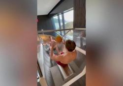 Beach Volley, l'allenamento è sull'acquascivolo La squadra dei Beachvolley Vikings ha trovato un modo originale per allenare coordinazione e affiatamento - Dalla Rete