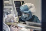 Un operatore sanitario nel reparto di terapia intensiva