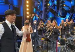 Fiorello dirige la banda della polizia che suona l'Inno di Mameli: il video  inedito girato durante le prove  Durante le prove della prima serata del Festival lo showman si improvvisa direttore d'orchestra - Corriere Tv
