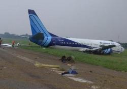 Giacarta, aereo atterra bruscamente e finisce fuori pista: nessun ferito Il video pubblicato sui social - Dalla Rete