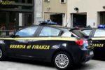 Scarpe, magliette e anche una mazza da baseball: sequestrati a Catania 500 capi contraffatti