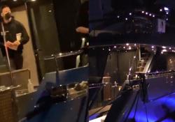 Ibra sul suo yacht da 20 milioni, e i ragazzini lo «scortano» fino all'Ariston Ormeggiato a fianco c'è l'altro «gioiellino» di proprietà di Del Piero  - Corriere Tv