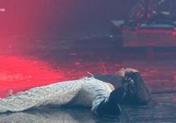 Il cantante dei Maneskin si lascia cadere a terra stremato dall'esibizione La band romana si è scatenata sulle note del nuovo singolo