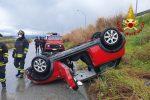 Incidente a Milazzo, auto sbanda per l'asfalto bagnato e si ribalta: ferito il conducente