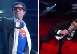 Max Gazzè in versione Superman frana sulle poltroncine vuote L'esibizione del cantautore romano durante la puntata finale del Festival - Ansa